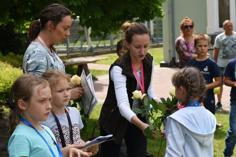 Pani Izabela w ramach podziękowania dostała od uczestników warsztatów kwiaty